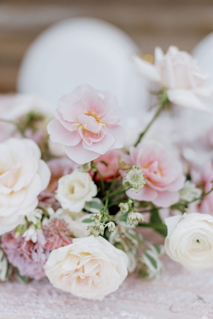 Table decor with pink and white flowers