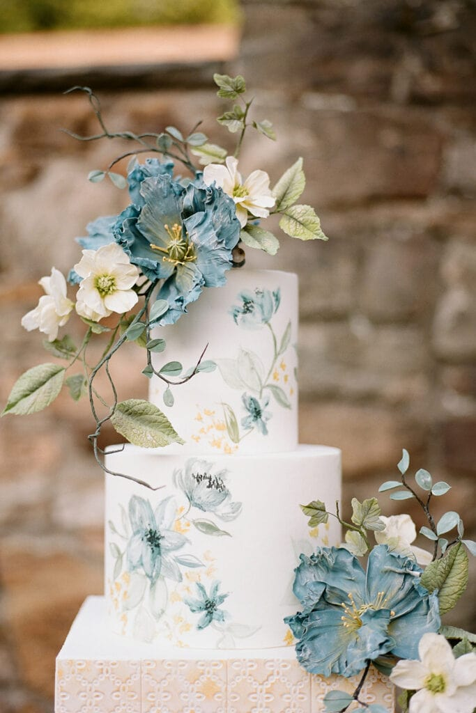 Blue sugar flowers by Alex Robba Cake